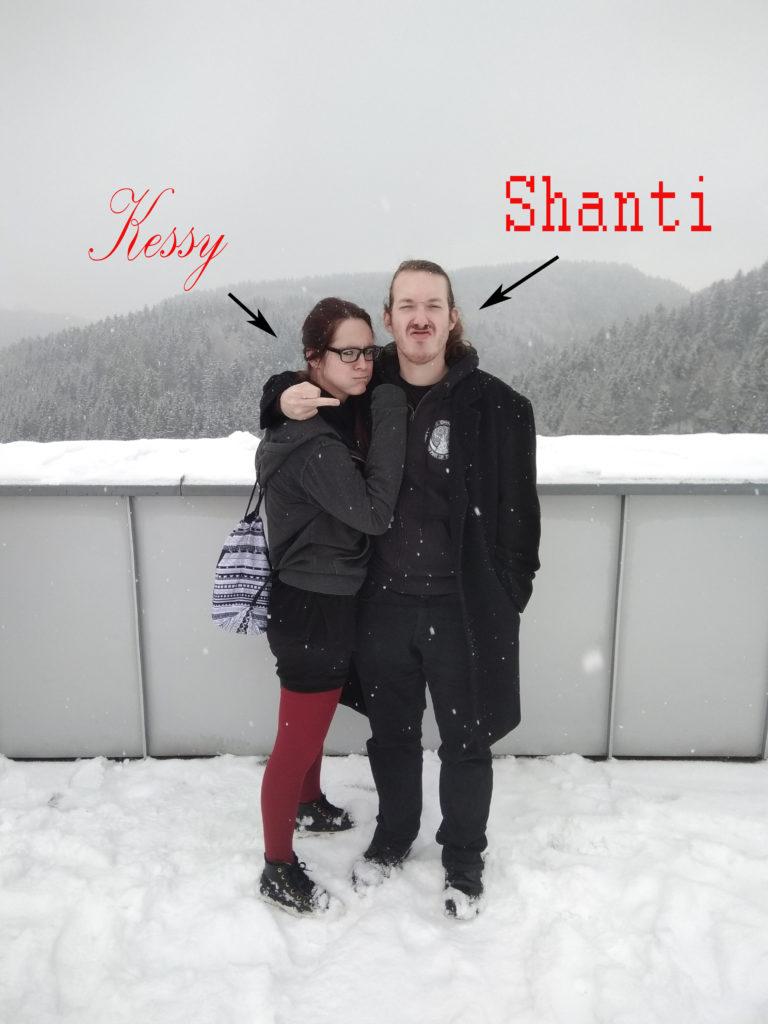 Kessy und Shanti schauen boese auf Burg Kreuzen