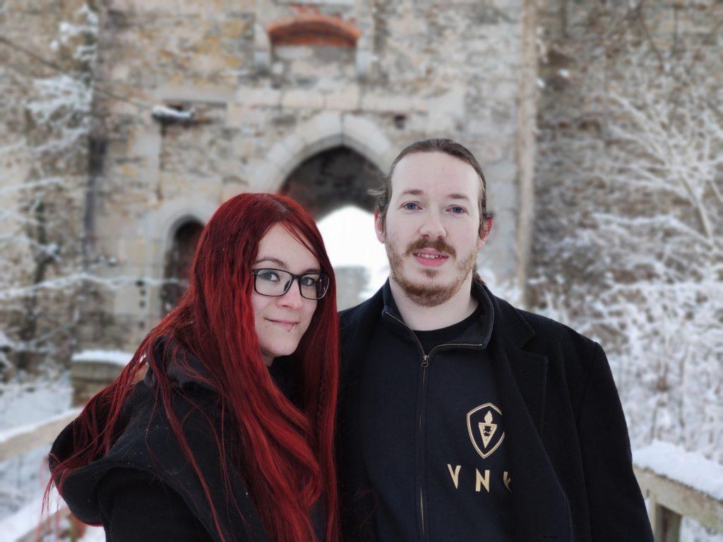 Kessy und Shanti vor der Burgruine Schaunberg