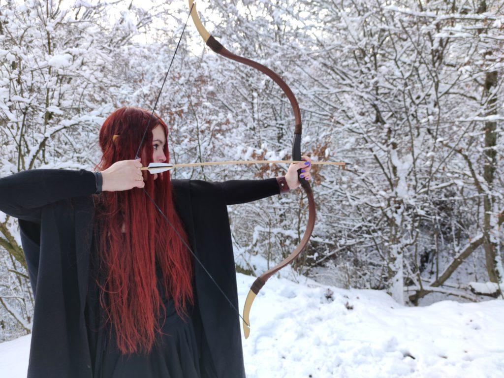 Kessy zielt auf einen Schneemann in der Burgruine Schaunberg
